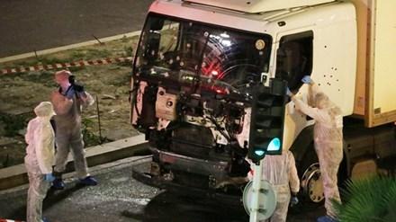 Đầu xe tải đầy vết đạn và vết máu. Ảnh: AP.