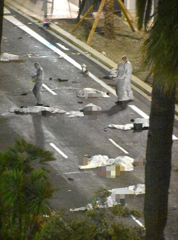 Thi thể các nạn nhân nằm trên phố sau khi bị xe tải lao trúng (Ảnh: Mirror)