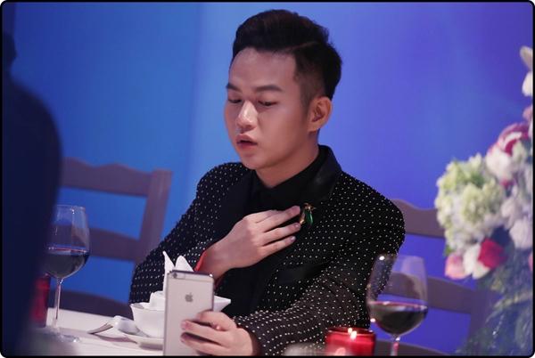 NTK Chung Thanh Phong cũng có mặt trong thử thách đặc biệt này để theo dõi các cô gái. chia sẻ, hồi hộp, gây cấn, bất ngờ và xót xa là cảm giác của anh dành cho thiết kế của mình khi xem các thí sinh thử thách catwalk trên bàn tiệc với rất nhiều chướng ngại vật.