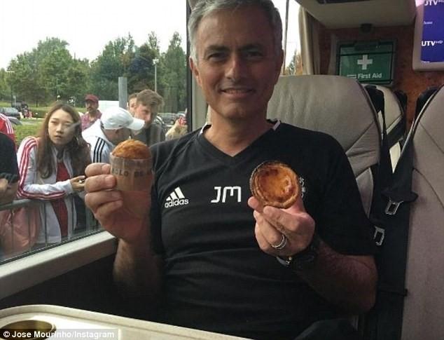 Fan MU tang qua cho Mourinho sau chien thang dau tien hinh anh 1