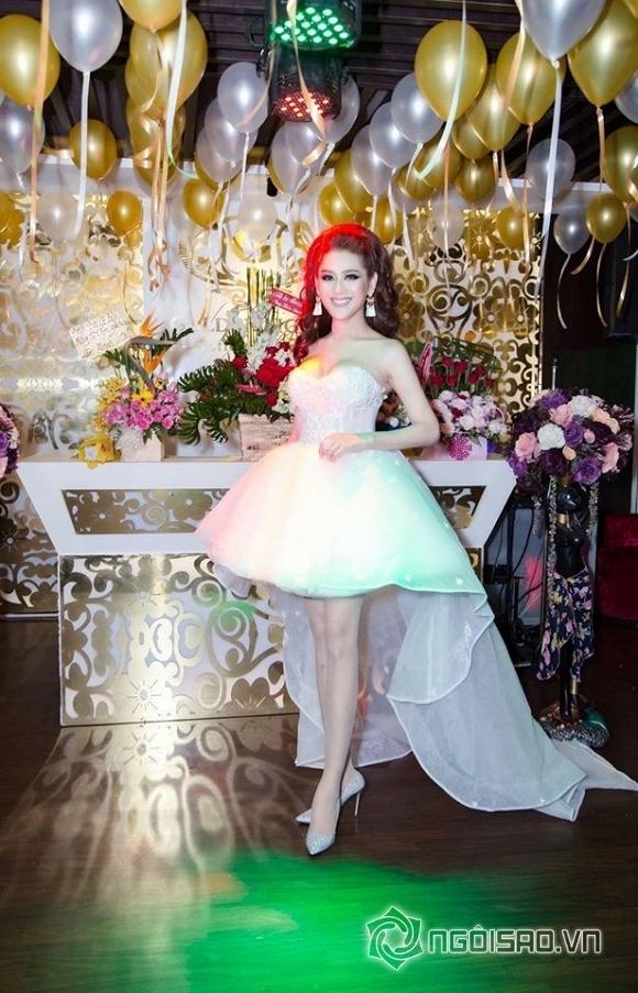Lâm Chi Khanh thay váy liên tục trong tiệc sinh nhật hoành tráng 4