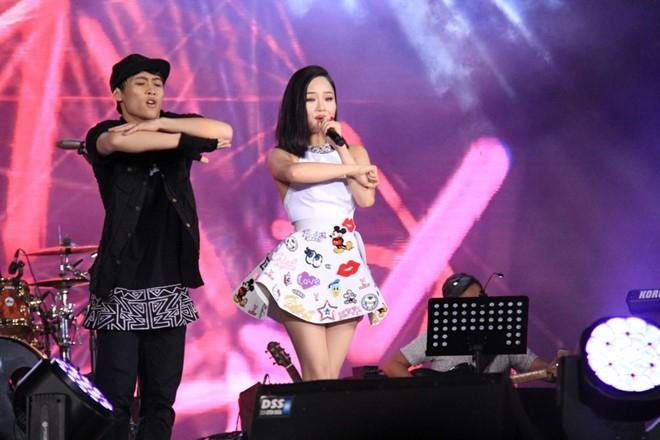 Miu Le, Chi Pu thay phien dot nong san khau Viral Fest Asia hinh anh 3
