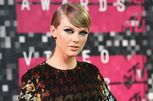 Taylor Swift phai ra toa doi chat voi ke da quay roi hinh anh 1