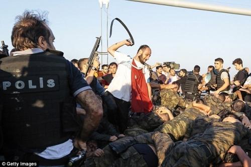 Ảnh gây sốc về số phận của binh lính Thổ Nhĩ Kỳ tham gia đảo chính - Ảnh 2