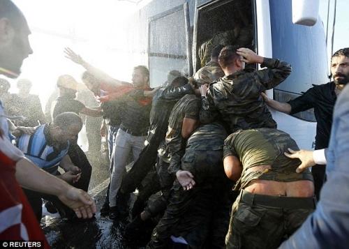 Ảnh gây sốc về số phận của binh lính Thổ Nhĩ Kỳ tham gia đảo chính - Ảnh 7