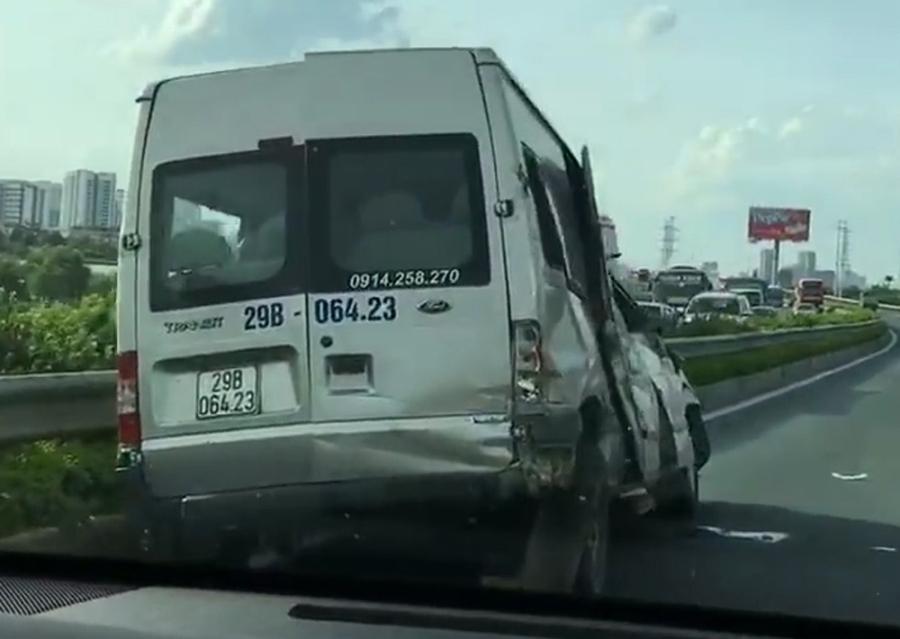 Xe khách 16 chỗ lao vào dải phân cách sau cú va chạm, hư hỏng khá nặng (ảnh cắt từ clip)