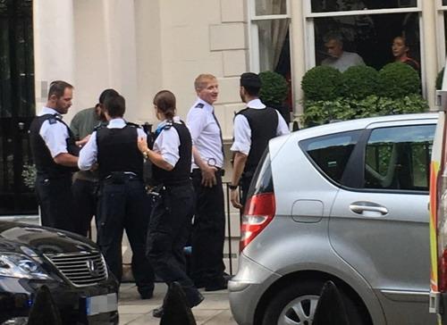 Vợ chồng Jose Mourinho chứng kiến cảnh sát gô cổ Roman