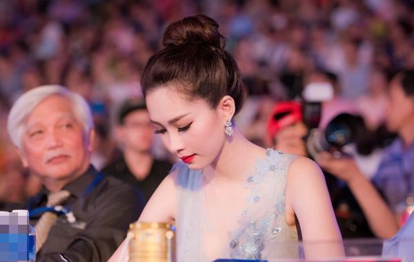 Cô chăm chú ngồi theo dõi các thí sinh và chấm thi
