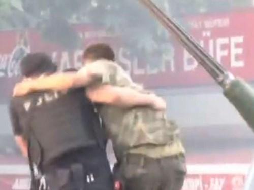 Khoảnh khắc cảnh sát bảo vệ lính đảo chính gây xúc động - ảnh 5