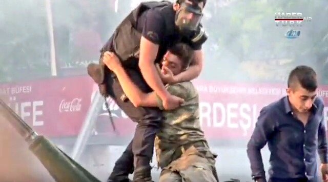 Hình ảnh cảnh sát Thổ Nhĩ Kỳ ôm lính đảo chính bị người dân ném đồ vật và giẫm đạp gây xúc động (Ảnh chụp từ clip)