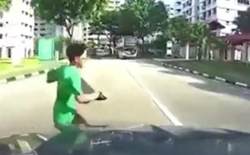 Qua đường không quan sát, bé trai bị ô tô húc tung lên ca-pô - ảnh 2