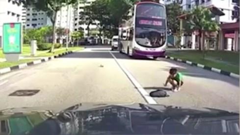 Qua đường không quan sát, bé trai bị ô tô húc tung lên ca-pô - ảnh 4