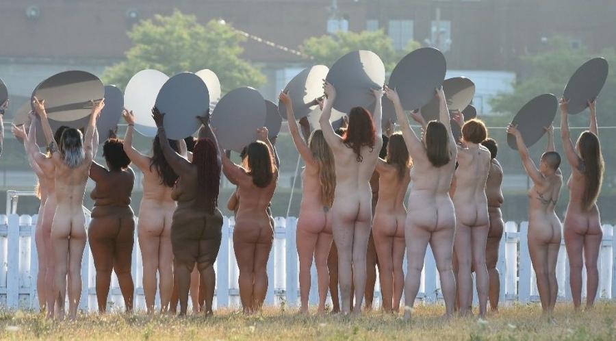 Trên 100 phụ nữ chụp ảnh khỏa thân phản đối Donald Trump - ảnh 1