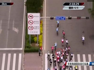 Người đi bộ gây tai nạn kinh hoàng cho đoàn đua xe đạp