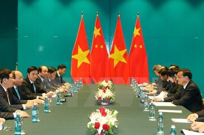 Thủ tướng Chính phủ Nguyễn Xuân Phúc gặp song phương Thủ tướng Trung Quốc Lý Khắc Cường bên lề Hội nghị Cấp cao Á-Âu lần thứ 11. Ảnh: TTXVN