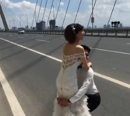Cặp đôi chụp ảnh cưới giữa cầu Nhật Tân gây tranh cãi - Ảnh 1