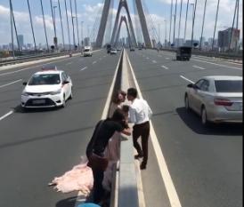 Cặp đôi chụp ảnh cưới giữa cầu Nhật Tân gây tranh cãi - Ảnh 3