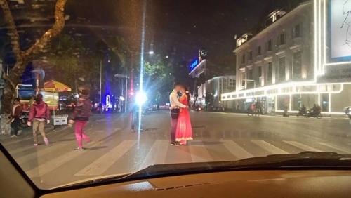 Cặp đôi chụp ảnh cưới giữa cầu Nhật Tân gây tranh cãi - Ảnh 6