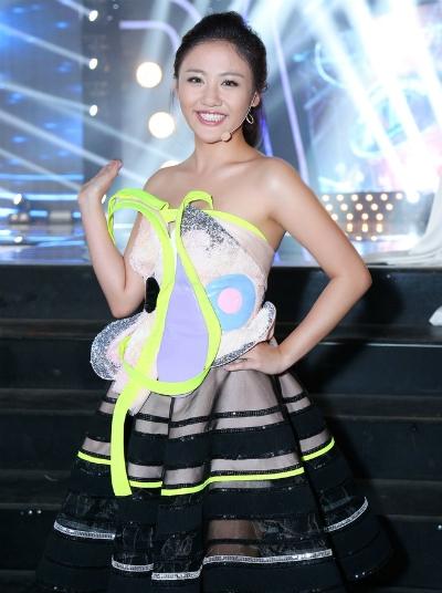 Bộ váy gây tranh cãi của Văn Mai Hương.