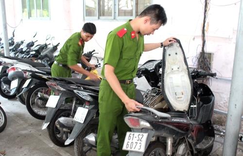 Cảnh sát kiểm tra các xe máy trong đường dây trộm cắp. Ảnh: Nguyệt Triều