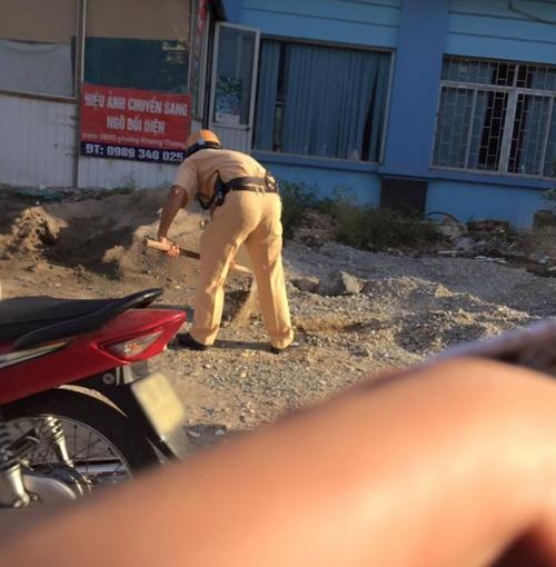 Hành động bất ngờ của chiến sĩ CSGT dưới trời nắng nóng gây sốt mạng - Ảnh 2