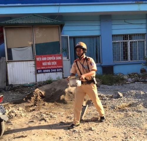 Hành động bất ngờ của chiến sĩ CSGT dưới trời nắng nóng gây sốt mạng - Ảnh 3