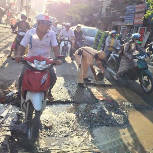 Hành động bất ngờ của chiến sĩ CSGT dưới trời nắng nóng gây sốt mạng - Ảnh 4