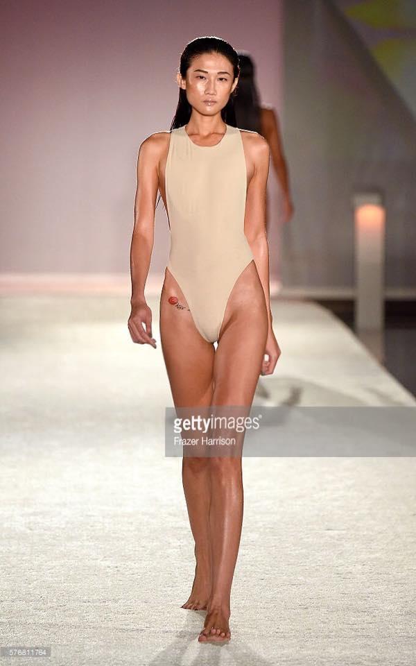Kha Mỹ Vân lần đầu diễn bikini đã chặt đẹp dàn mẫu chân to tại Miami - Ảnh 3.
