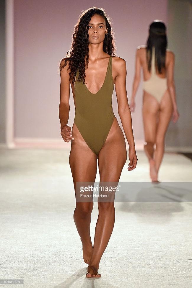 Kha Mỹ Vân lần đầu diễn bikini đã chặt đẹp dàn mẫu chân to tại Miami - Ảnh 7.