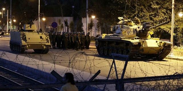 Phe đảo chính điều hàng loạt xe tăng hòng chiếm giữ Ankara và Istanbul. (Ảnh: AFP)