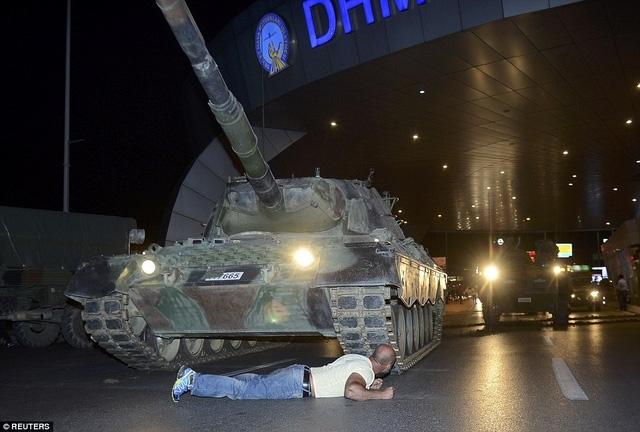 Người đàn ông lấy thân mình chặn xe tăng đảo chính. (Ảnh: Reuters)