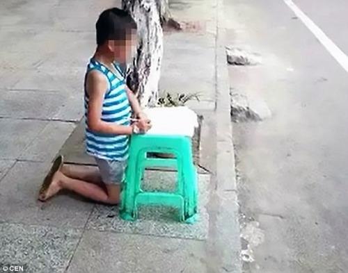 Mẹ hổ đánh đập, bắt con quỳ gối làm bài giữa đường gây tranh cãi mạng xã hội - 1