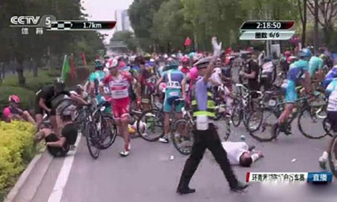 Người đi bộ gây tai nạn kinh hoàng cho đoàn đua xe đạp - ảnh thể thao