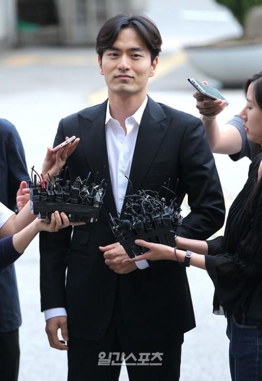 Phiên thẩm vấn đầu tiên: Lee Jin Wook thừa nhận có quan hệ với A, nhưng không cưỡng ép - Ảnh 1.