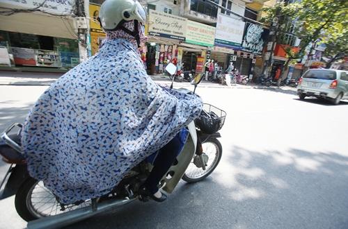 Người Hà Nội tránh nóng bằng cách khoác chăn.