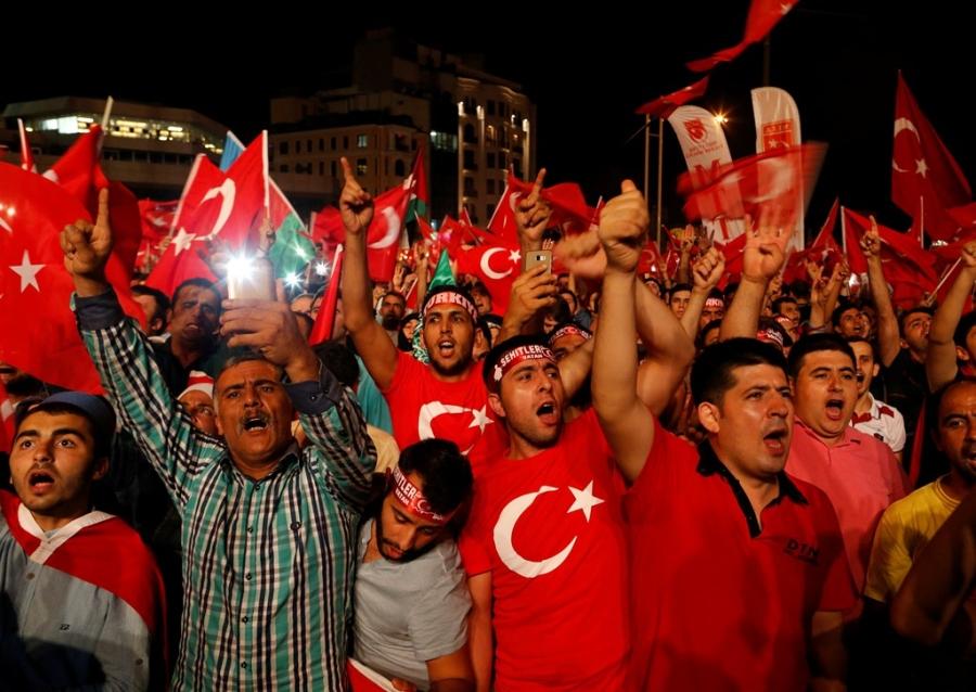 Những người biểu tình ủng hộ chính quyền ông Erdogan tại quảng trường Taksim ở Istanbul. (Ảnh: Reuters)