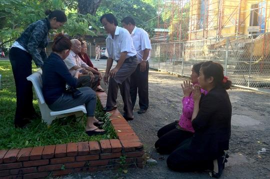 Sáng 18-7, trước khi phiên toà phúc thẩm vụ thảm sát Bình Phước diễn ra, bà Vũ Thị Thi – mẹ bị cáo Vũ Văn Tiến đã quỳ lạy gia đình nạn nhân tha thứ cho tội lỗi con mình.