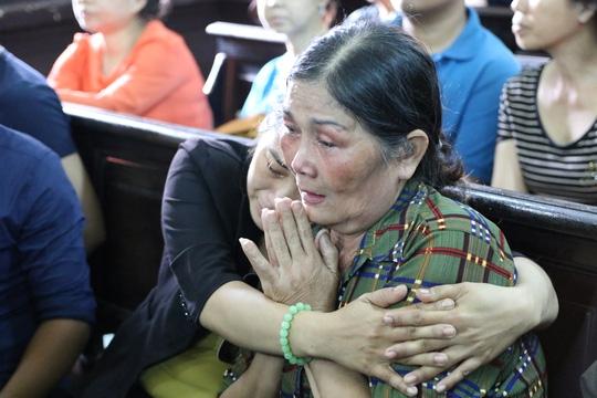 Trong phiên toà, có lúc bà Thi không ngồi vững, khóc gần như cạn nước mắt