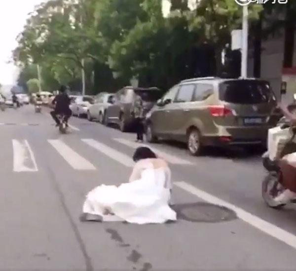 Vi vu rước dâu bằng xe điện, chú rể tuột mất người thương - Ảnh 2.