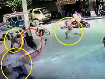 Video: Người dân giúp CSHS vây bắt cướp trên phố như phim hành động
