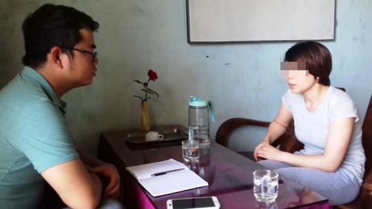 Bà Lê Thị Thanh Tâm đang trao đổi vụ việc với phóng viên Ảnh: NGUYỄN HOÀNG