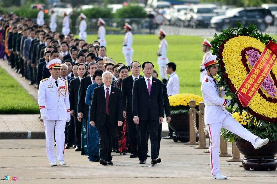 Dai bieu Quoc hoi khoa moi vieng lang Chu tich Ho Chi Minh hinh anh 3