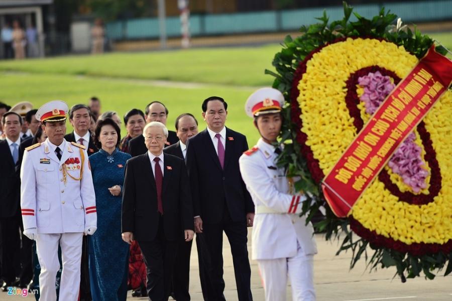 Dai bieu Quoc hoi khoa moi vieng lang Chu tich Ho Chi Minh hinh anh 4