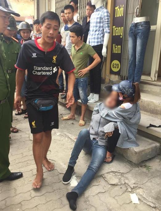 Hà Nội: Mâu thuẫn tình cảm, nam thanh niên đánh bạn gái bất tỉnh giữa đường - Ảnh 1.