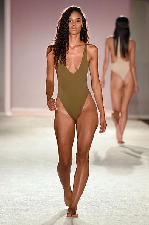 Kha Mỹ Vân khoe đường cong trong show diễn bikini ở Mỹ