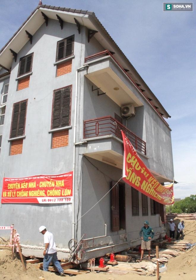 Quá trình di chuyển căn nhà nặng 800 tấn lùi xa 35m ở Nghệ An - Ảnh 1.