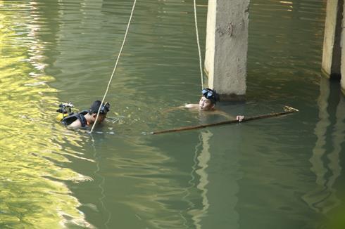 Tìm kiếm người phụ nữ nhảy sông nghi tự tử vì chồng ngoại tình - Ảnh 1