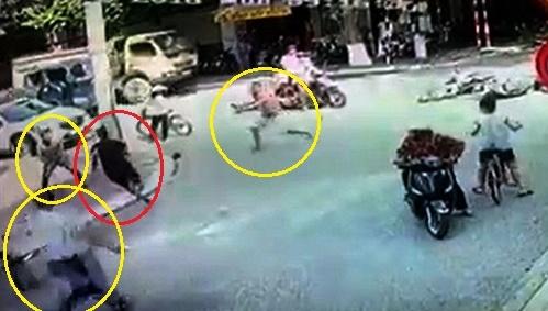 Video: Người dân giúp CSHS vây bắt cướp trên phố như phim hành động - Ảnh 1