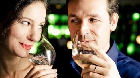 Vợ chồng chén tạc chén thù có chất lượng đời sống hôn nhân tốt hơn những cặp vợ chồng chỉ có một người biết uống. Ảnh: Wcyb.com