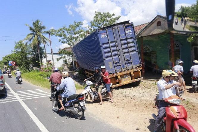 Xe containner mất lái chui thẳng vào nhà dân